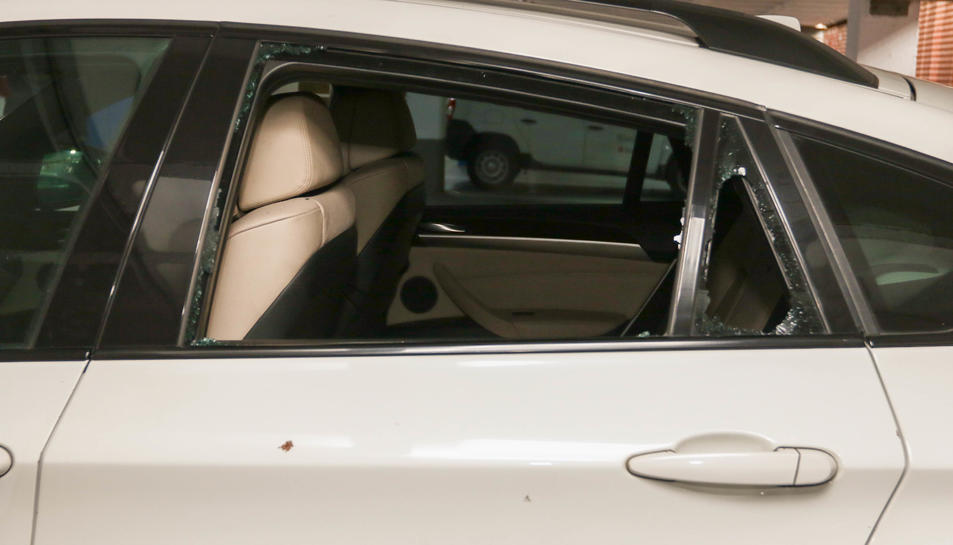El vidre d'un cotxe trencat, aquest passat diumenge.