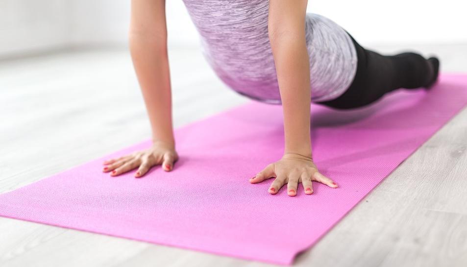 Imatge d'una dona entrenant en el gimnàs.