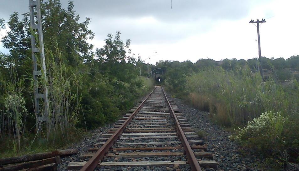 L'antiga línia de trens entre Reus i Roda de Berà va quedar clausurada al trànsit de viatgers l'any 1992.