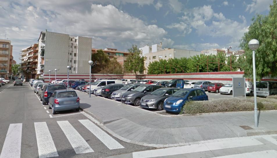 Imatge de diversos vehicles estacionats al carrer Joan Maragall.