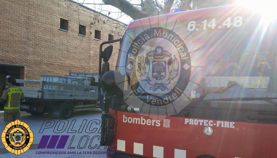 Tres dotacions de Bombers s'han desplaçat fins a les instal·lacions.