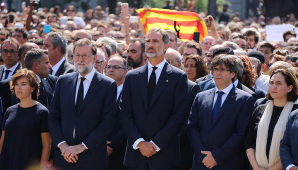 Soraya Sáenz de Santamaría, Mariano Rajoy, el rei Felip VI, Carles Puigdemont i Ada Colau en el minut de silenci de condemna per l'atemptat, a plaça de Catalunya.
