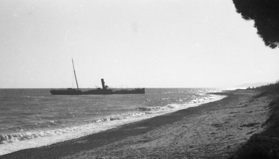 El vapor Isla de Menorca embarrancat a la platja de l'Ardiaca de Cambrils l'any 1940.