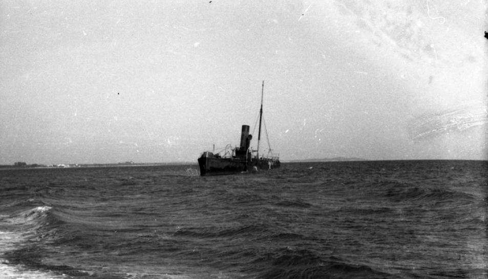 El vaixell a la costa cambrilenca.