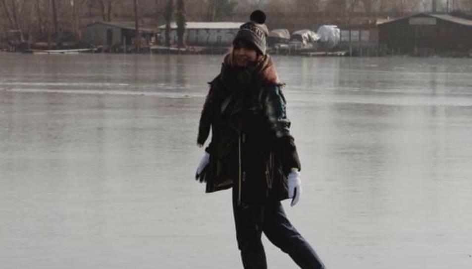 Noemí Aranda, caminant sobre l'aigua congelada d'un llac.