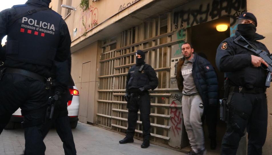 Imatge d'un dels detinguts al barri Gòtic de Barcelona en el marc d'una operació antiterrorista.