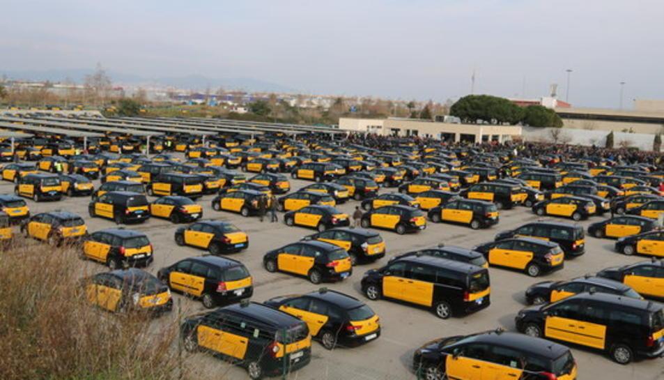 Imatge de l'àrea d'espera de la T2 plena de taxis just abans que es dirigissin a la Gran Via.