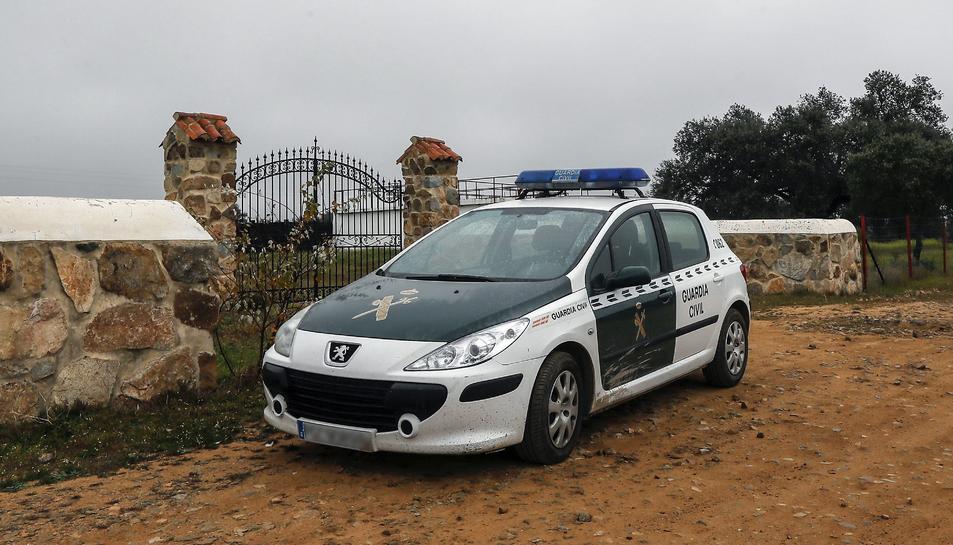 Un cotxe de la Guàrdia Civil a les immediacions de la fina 'La Lapa'