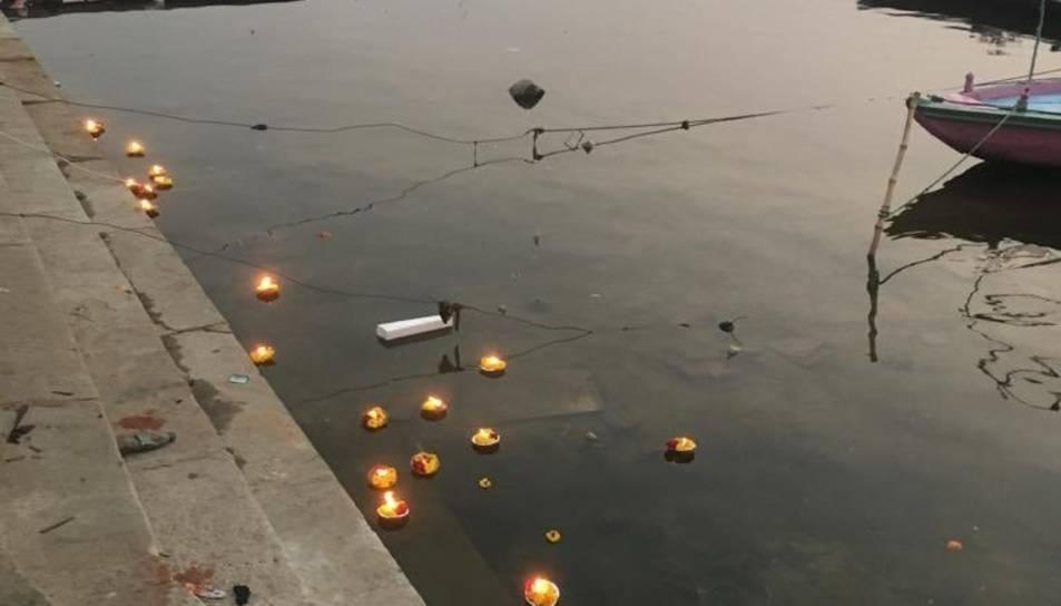 Les espelmes a la vora del riu Ganges