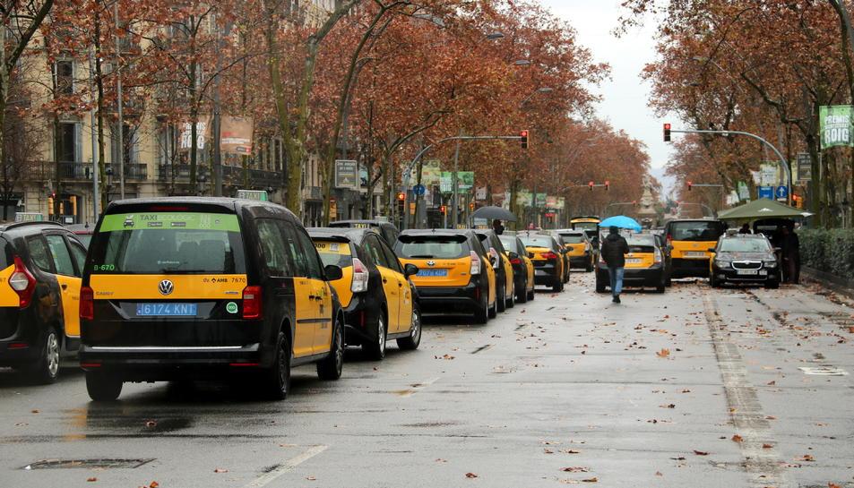 Una fila de centenars de taxis bloquejaven ahir diumenge la Gran Via de Barcelona.