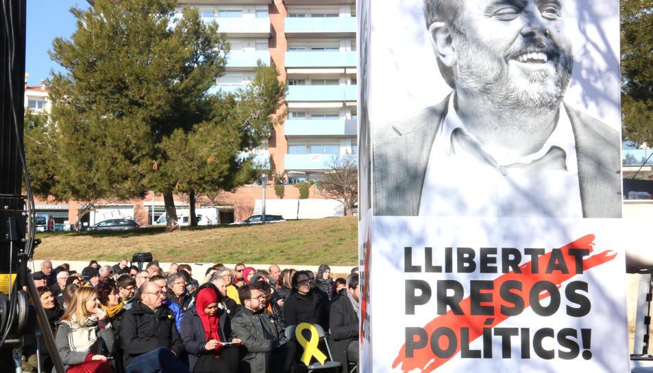 Al centre, el vicepresident del Govern i adjunt a la presidència d'ERC, Pere Aragonès, amb un cartell de l'exvicepresident i líder del partit, Oriol Junqueras, durant l'acte dels republicans a Manresa.