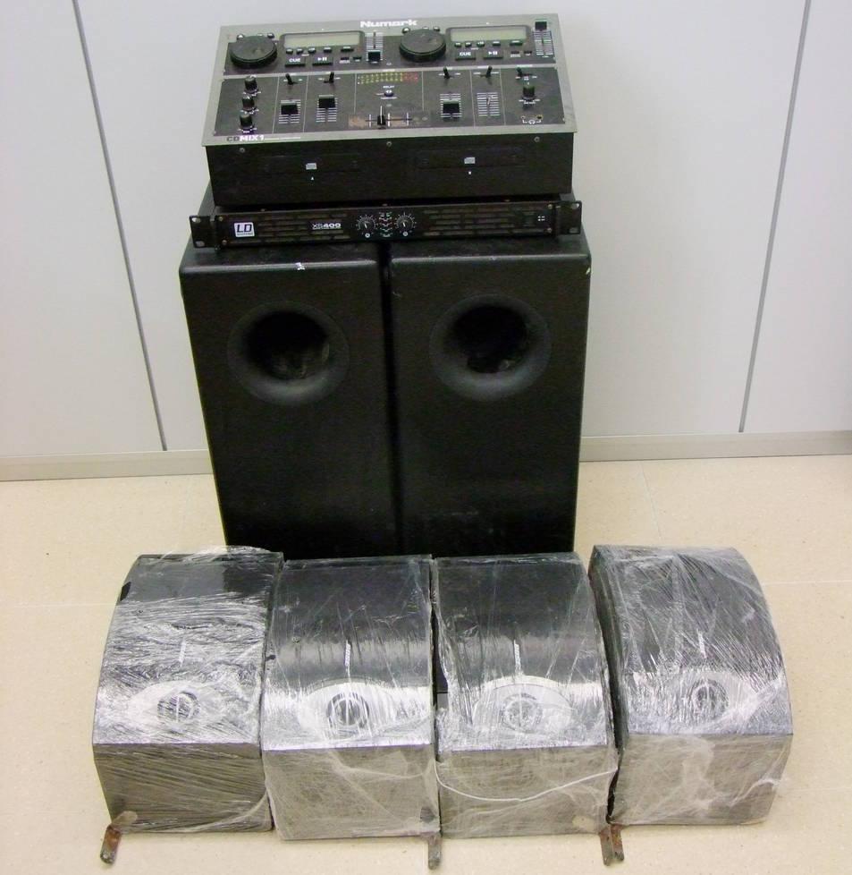 Imatge dels sis altaveus, un amplificador i diferent material de so recuperat pels Mossos.