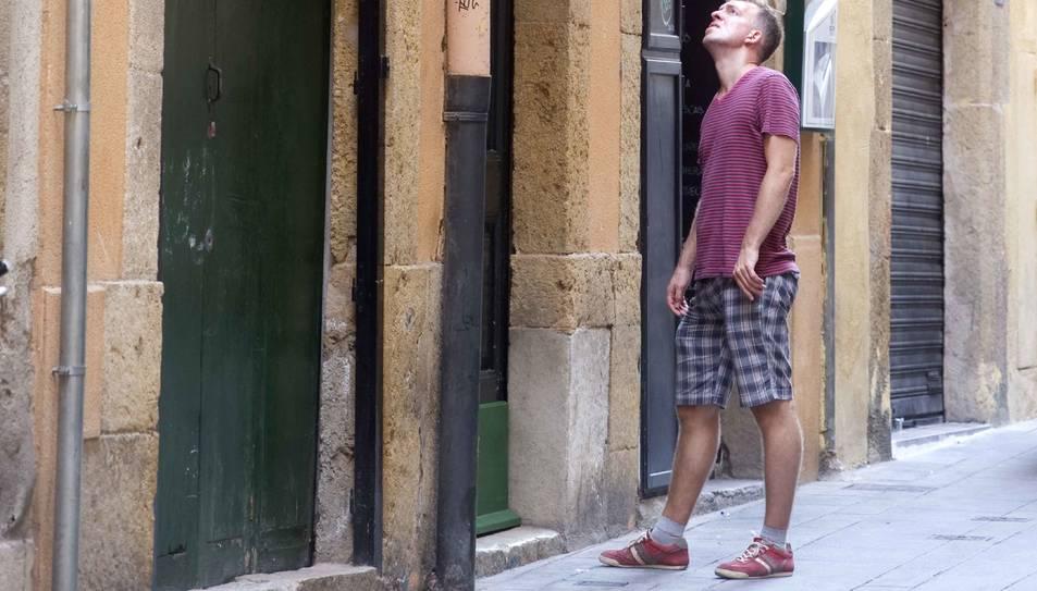 Un jove busca informació sobre pisos turístics a la Part Alta, en una imatge d'arxiu.