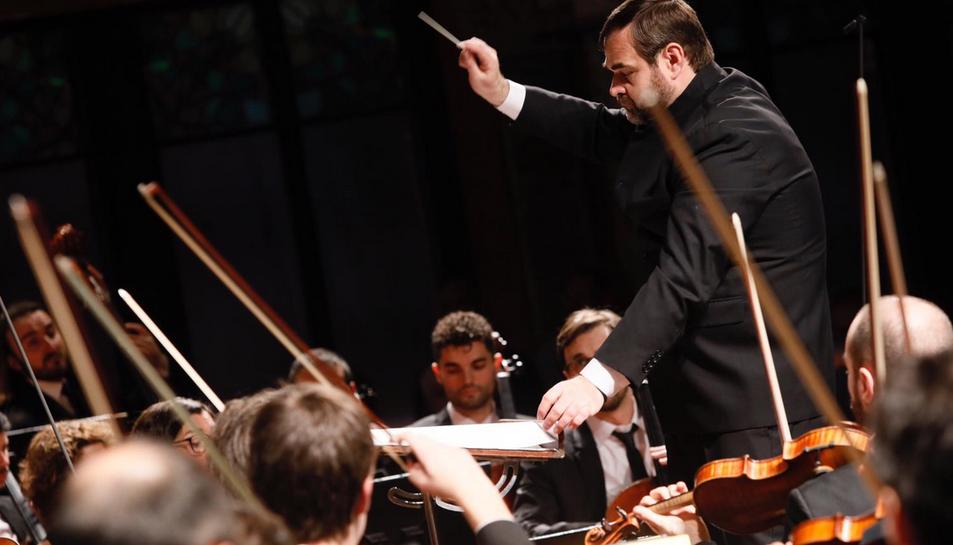 El director Josep Caballé dirigeix l'OCM i la Coral de la URV al Palau de la Música Catalana.