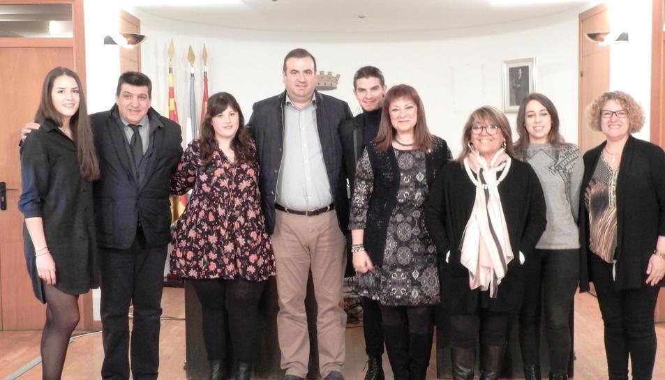 Fotografia de família dels estudiants que han rebut l'ajuda amb els representants de l'Ajuntament.