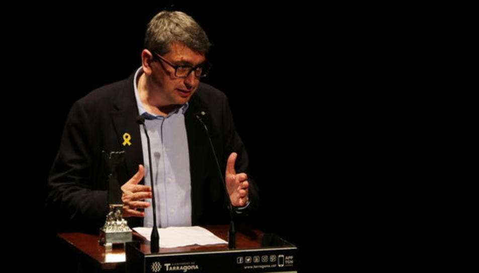 Marc Capdevila, parlant, en recollir el premi Pin i Soler 2018 de novel·la als premis literaris de Tarragona