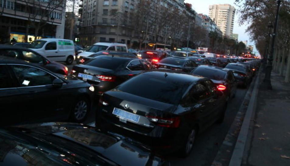 Imatge dels cotxes VTC ocupant la Diagonal el 21 de gener del 2019.