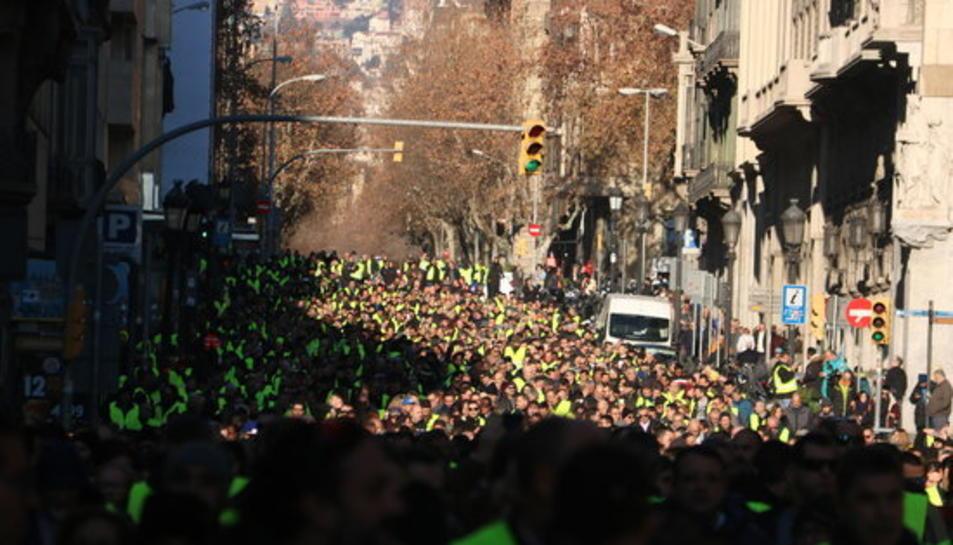 Pla general de la manifestació de taxistes baixant per Via Laietana.