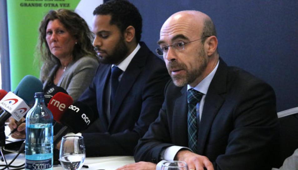 El portaveu de Vox a Barcelona, Jorge Buxadé (dreta), el portaveu del Comitè Executiu Nacional, Ignacio Garriga (centre) i la presidenta a Barcelona, Lola Martín (esquerra), en roda de premsa a l'Hotel Barceló Sants aquest 21 de gener.