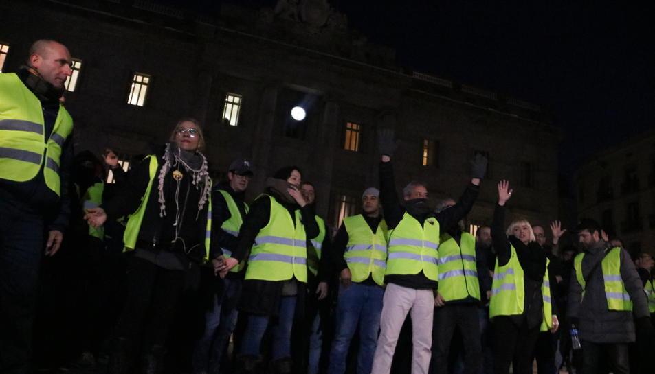 Un grup de taxistes es manifesta a la plaça Sant Jaume de Barcelona el 21 de gener del 2019.
