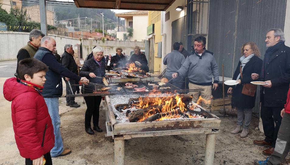 Els assistents van gaudir d'un esmorzar popular per tastar l'oli nou.