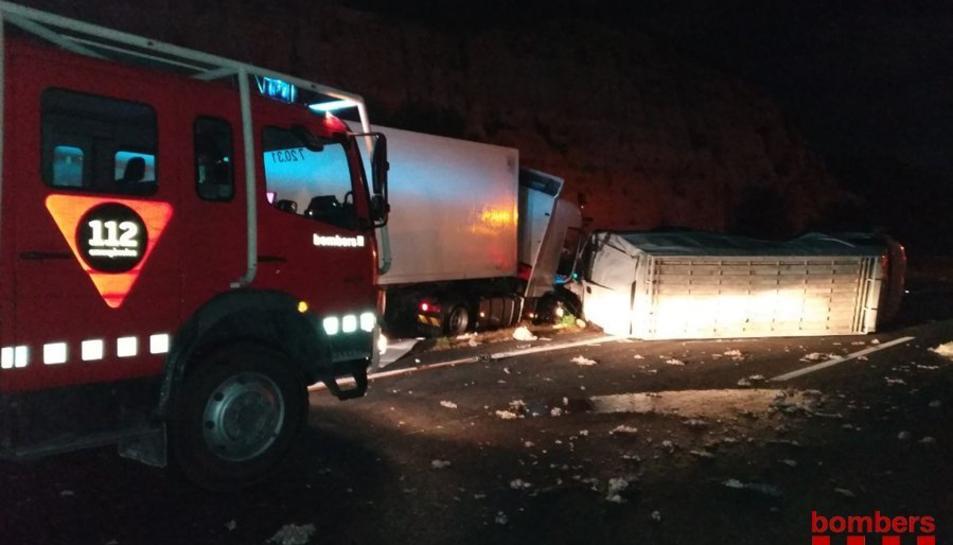 Imatge de l'accident entre un camió i una furgoneta que ha vessat la seva càrrega a l'AP-7 a Vandellòs i l'Hospitalet de l'Infant.