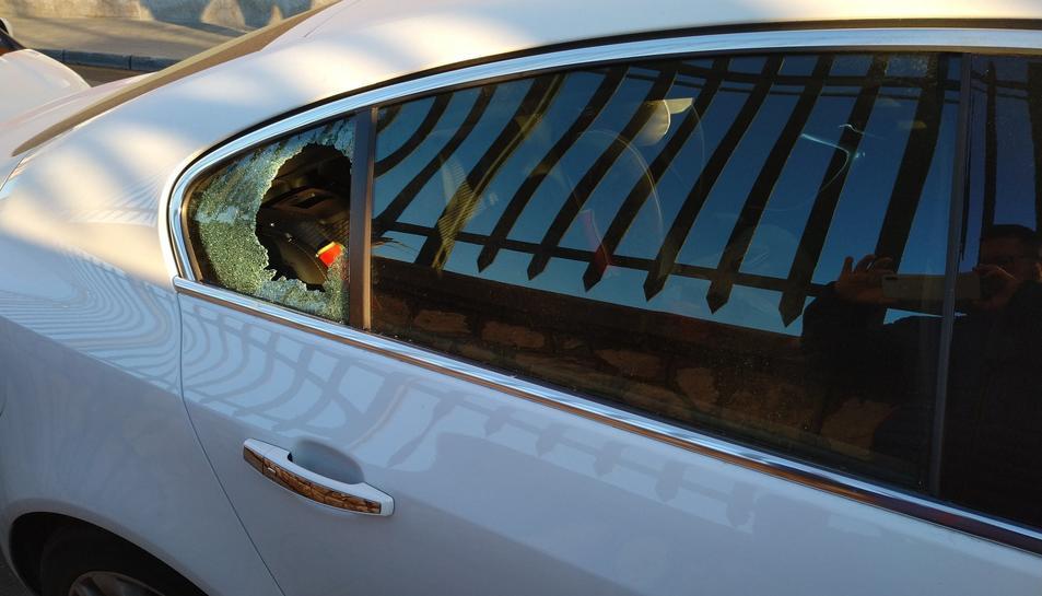 Imatge d'un cotxe estacionat al carrer del Mar amb un vidre trencat.