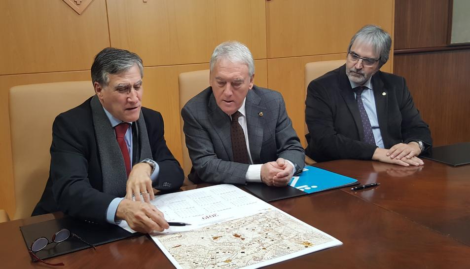 El president de la Diputació, Josep Poblet, i el director del ICGC, Jaume Massó han signat el conveni.