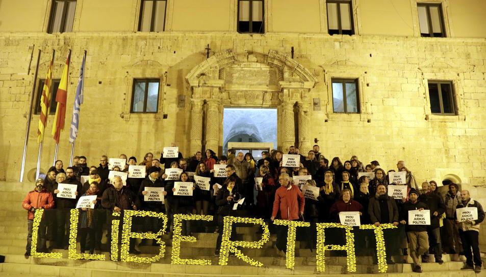 Concentració davant l'Ajuntament de Torredembarra, amb persones mostrant cartells i la paraula 'Llibertat'.