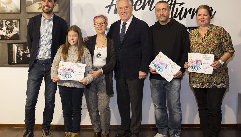 Imatge de Josep Poblet, Pere Segura i Rosa M. March amb alguns dels premiats.