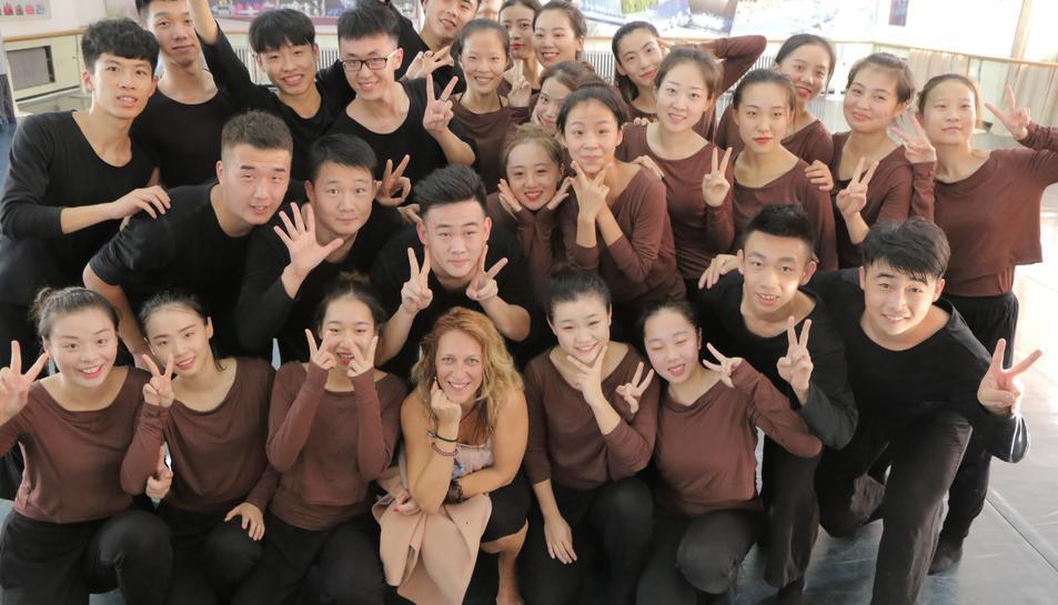 Verònica Blasco amb un grup d'alumnes xinesos després d'impartir una classe.