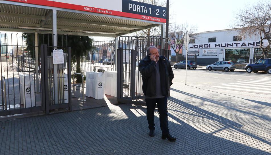 Joan Oliver, sortint del club després d'una recent reunió amb els jugadors de la primera plantilla del CF Reus.