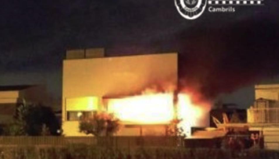 Imatge de l'incendi produït en un domicili de la urbanització de la Llosa.