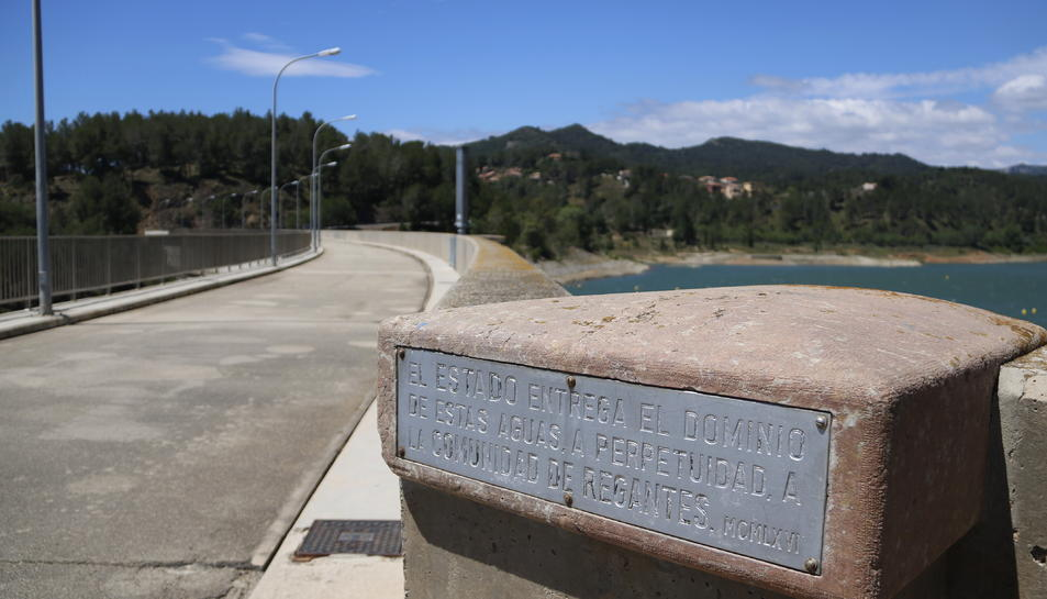 Pla obert d'una placa on es llegeix que les aigües són propietat de la comunitat de regants, al pantà de Riudecanyes.