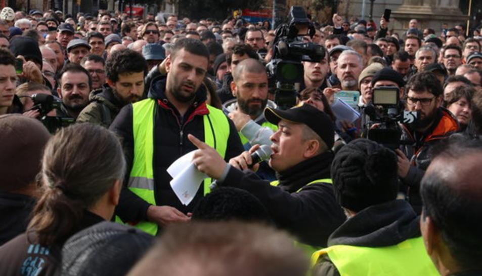 El portaveu d'Élite Taxi, Tito Álvarez, durant l'assemblea a Plaça Catalunya durant la qual ha dimitit.