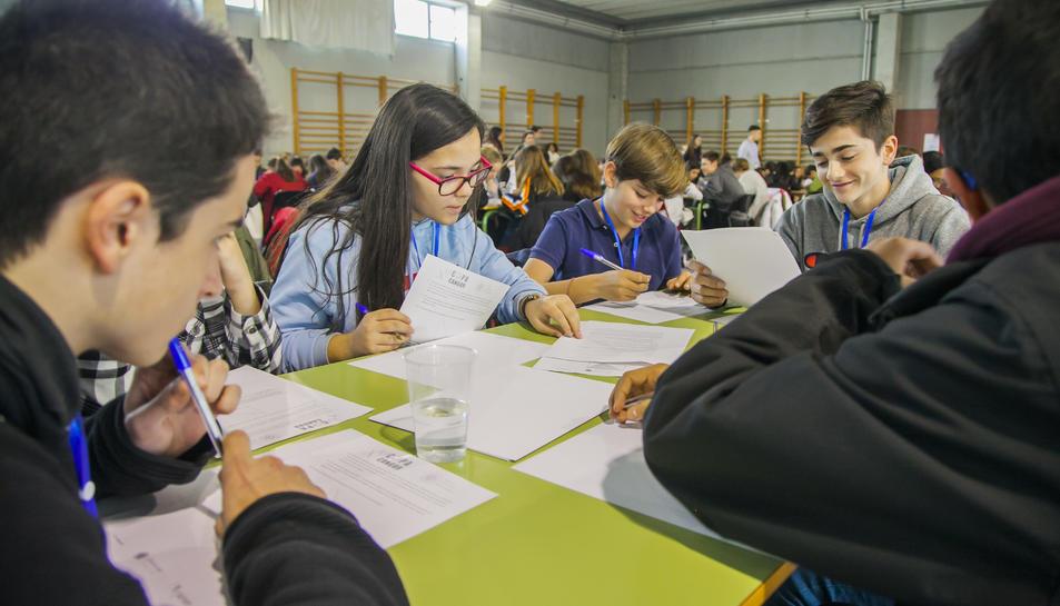 Uns alumnes, en les proves a l'IES Sant Pere i Sant Pau.