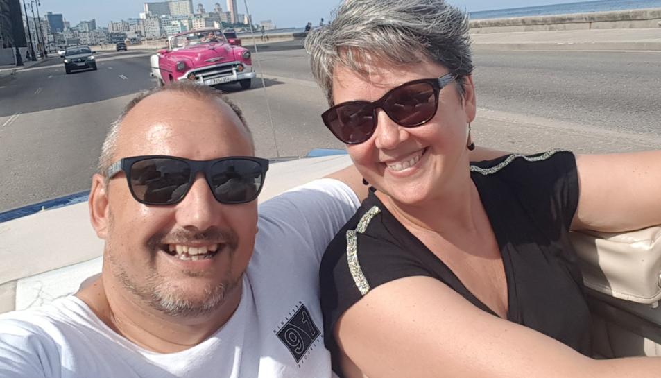 Parés i la seva dona, Yolanda, durant un trajecte en cotxe pel Malecón.