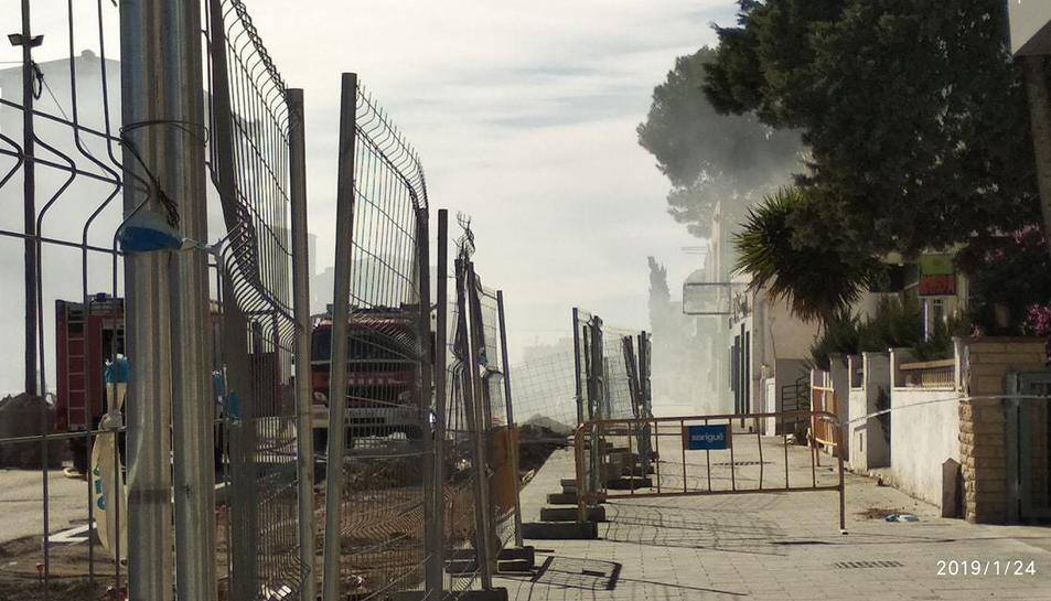 El foc ha provocat una gran columna de fum negre.