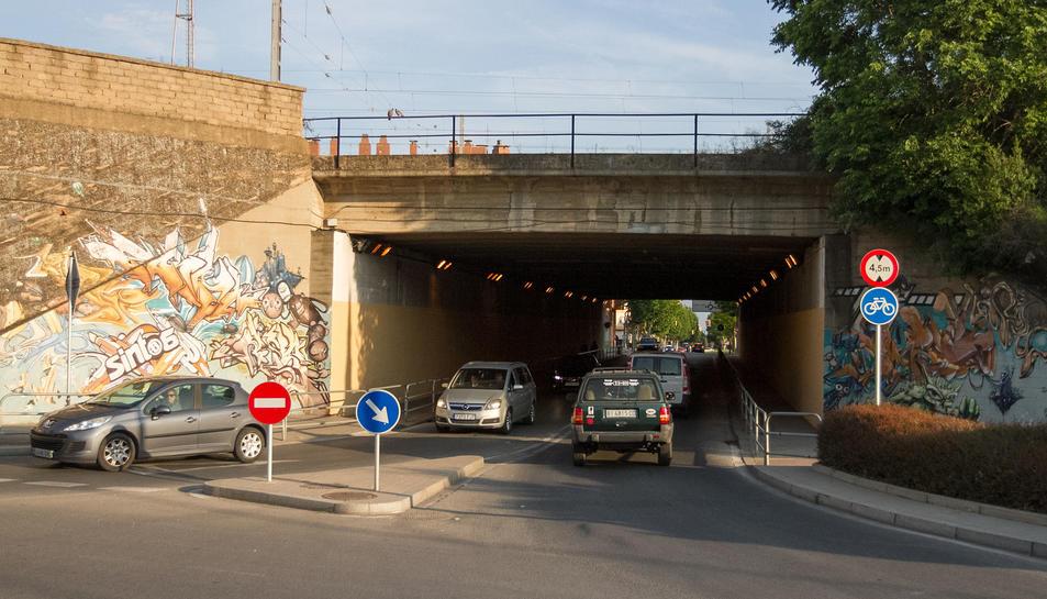 El projecte per al pont sota les vies inclou més llum i l'ampliació de les voreres.