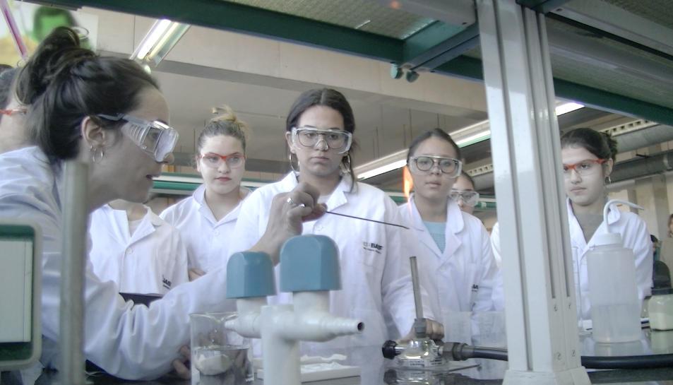 Els alumnes dels instituts Josep Tapiró i Salvador Vilaseca de Reus als laboratoris de l'ETSEQ de la URV.