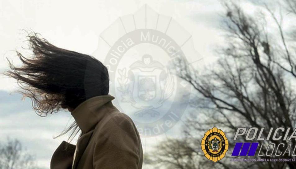 La Policia Local del Vendrell ha alertat als ciutadans d'anar amb cura a l'hora de circular pels carrers a causa del fort vent.