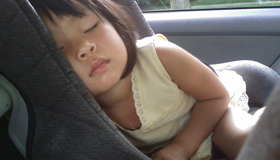 Els nens d'entre 1 i 6 anys es trobaven dormint al seient posterior del vehicle.