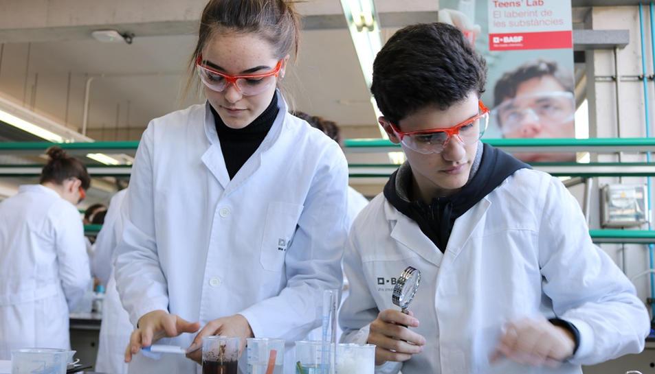 Pla mitjà de dos nois d'ESO al programa 'El laberint de substàncies' de la BASF i URV.