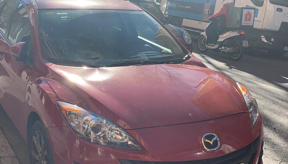 Imatge de com ha quedat el vehicle després de caure una farola a sobre.