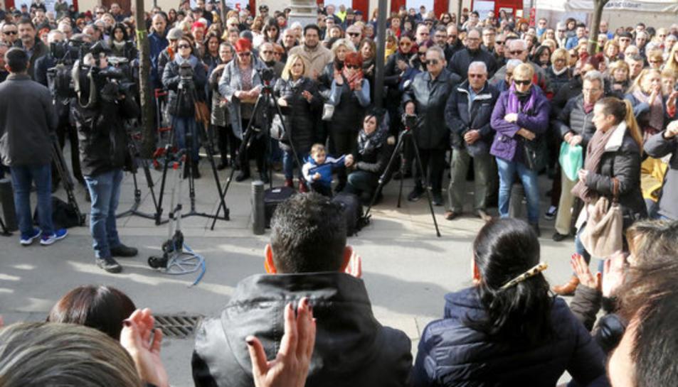 Concentració davant l'Ajuntament de Pineda en record al nadó mort.