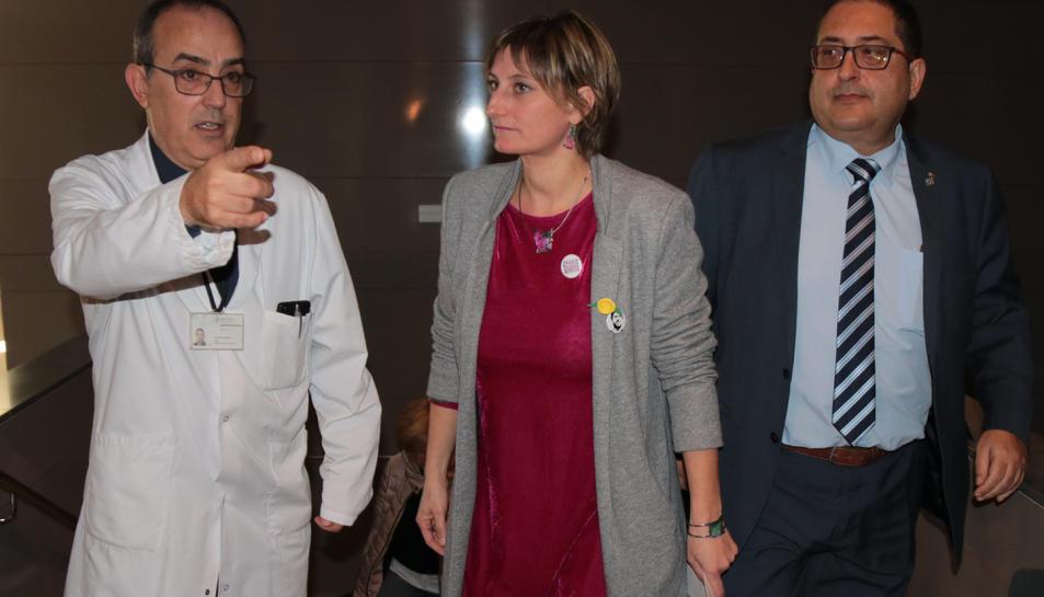 La consellera Alba Vergés acompanyada de l'alcalde de Móra d'Ebre i el director de l'Hospital Comarcal.