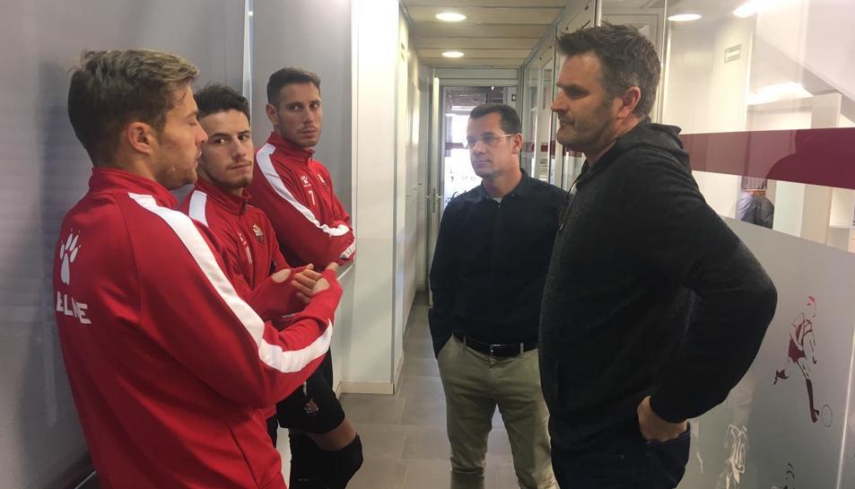 Imatge d'Onalfo reunit amb alguns jugadors a les instal·lacions del CF Reus.