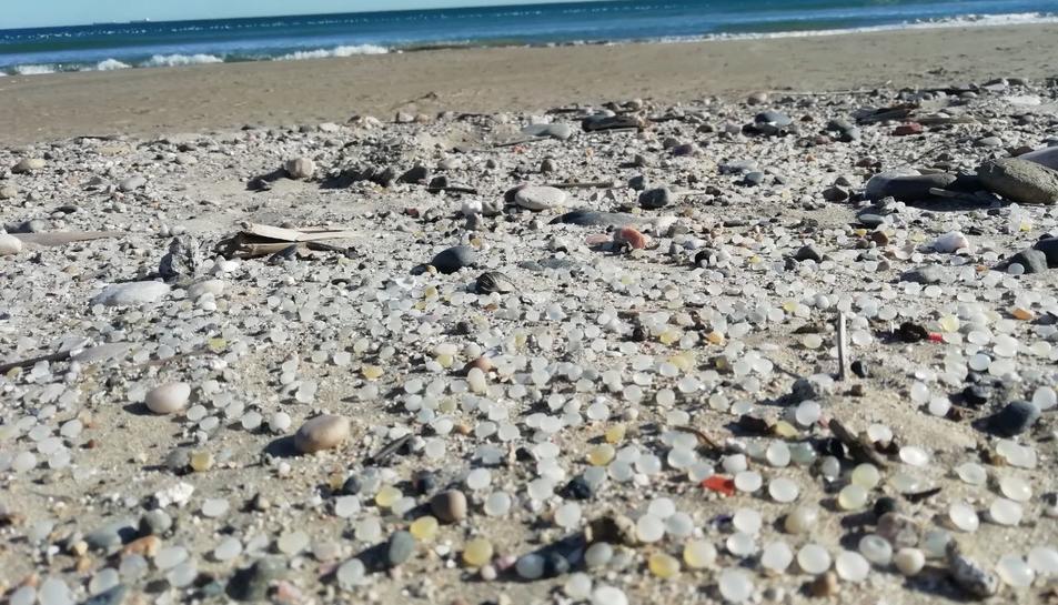 Imatge de les esferes de polietè aparegudes a la platja de la Pineda.