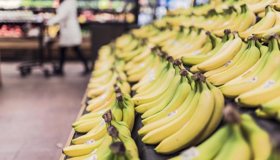 L'home enregistrava amn el mòbil a les clientes mentre compraven al supermercat.