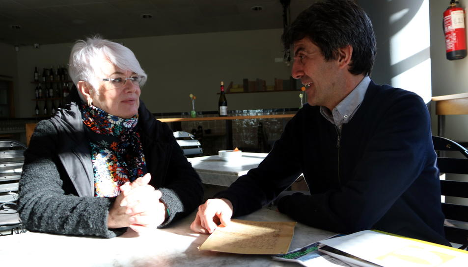 La directora de cinema, Mar Targarona, i el representant de la Comissió de Cultura del COPC, Jaume Descarrega, abans de la projecció d''El fotógrafo de Mauthausen'.